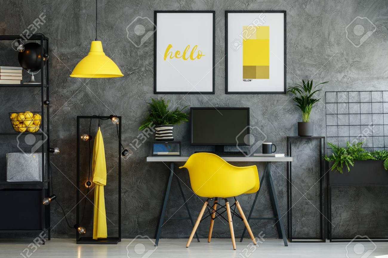 Inspiration intérieure de chambre jaune grise pour appartement de style  loft industriel