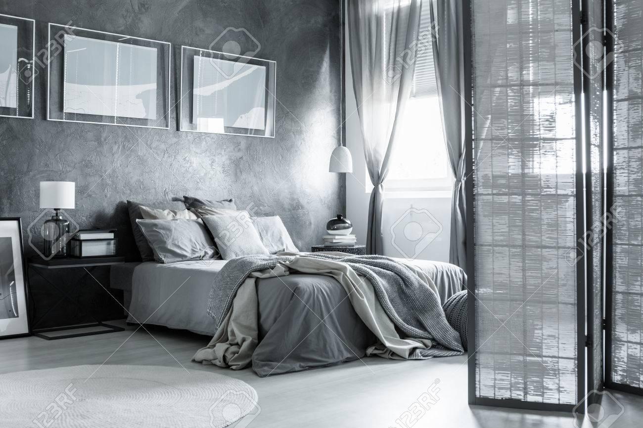Weisses Und Graues Gemutliches Schlafzimmer Mit Einfachem Zubehor Und