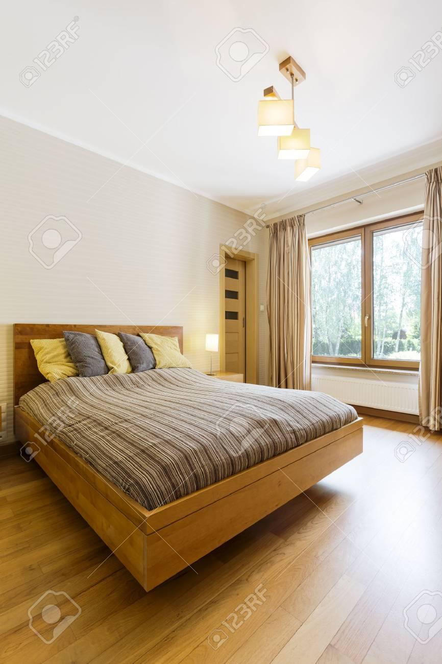 Lit Au Milieu D Une Chambre spacieuse chambre confortable avec plancher en bois. au milieu de la pièce  grand lit double