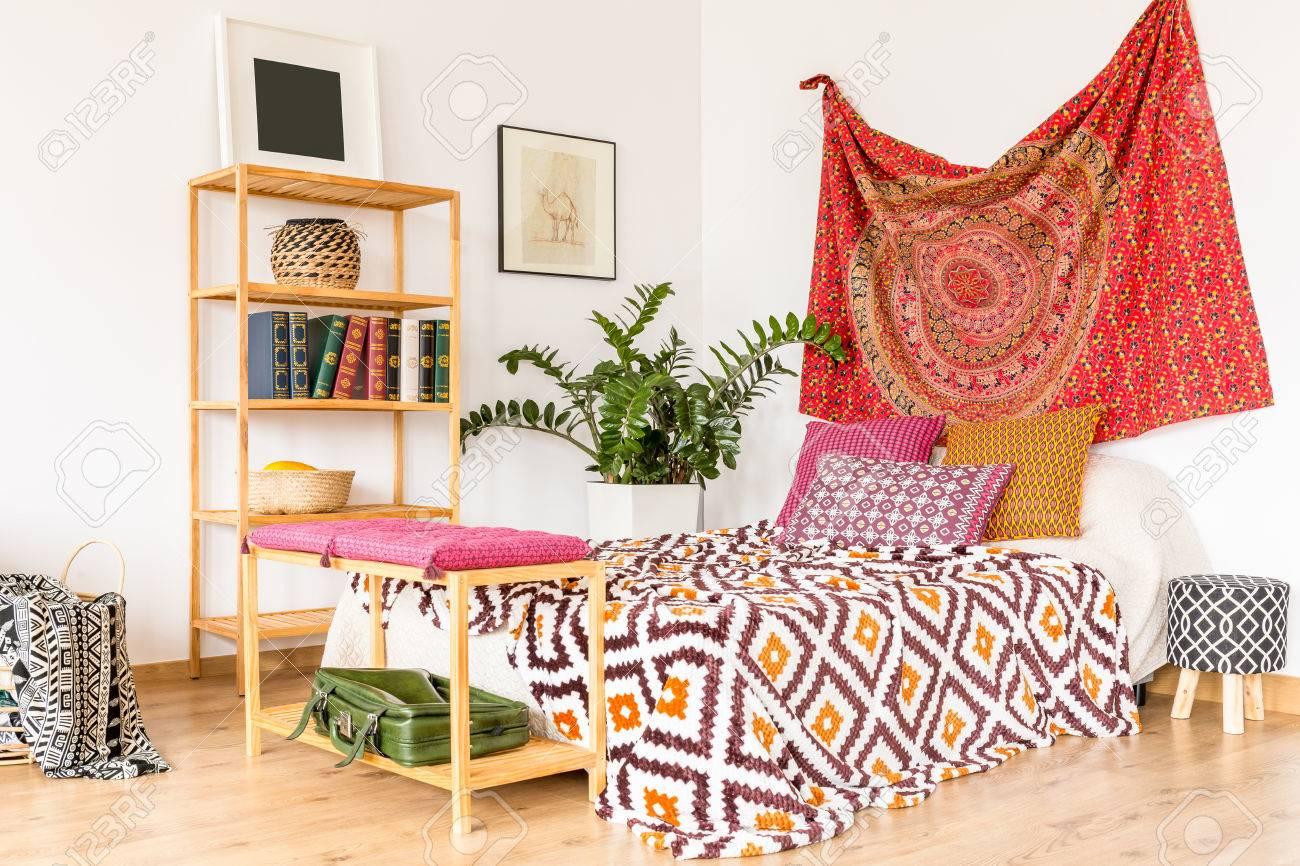 Boho en knusse slaapkamer in warme oriëntaalse kleuren royalty vrije