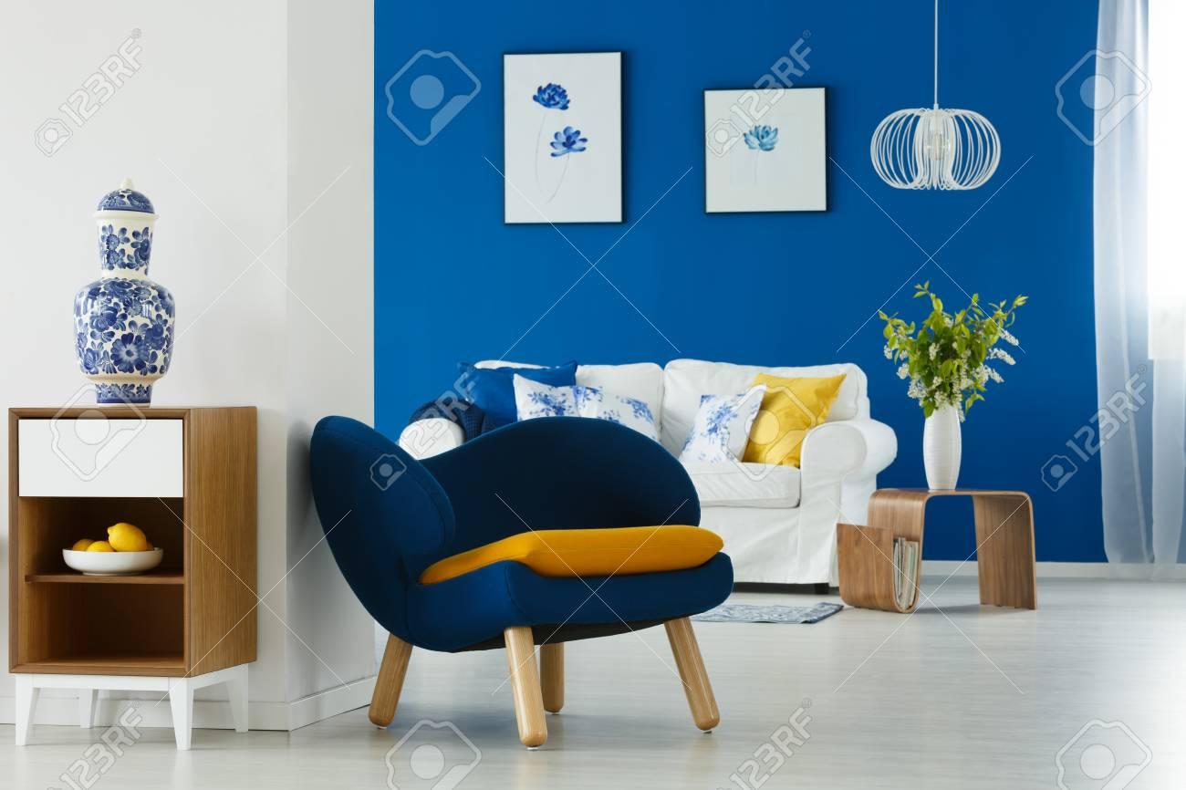 Décoration mise à jour de salon bleu et blanc avec canapé et fauteuil