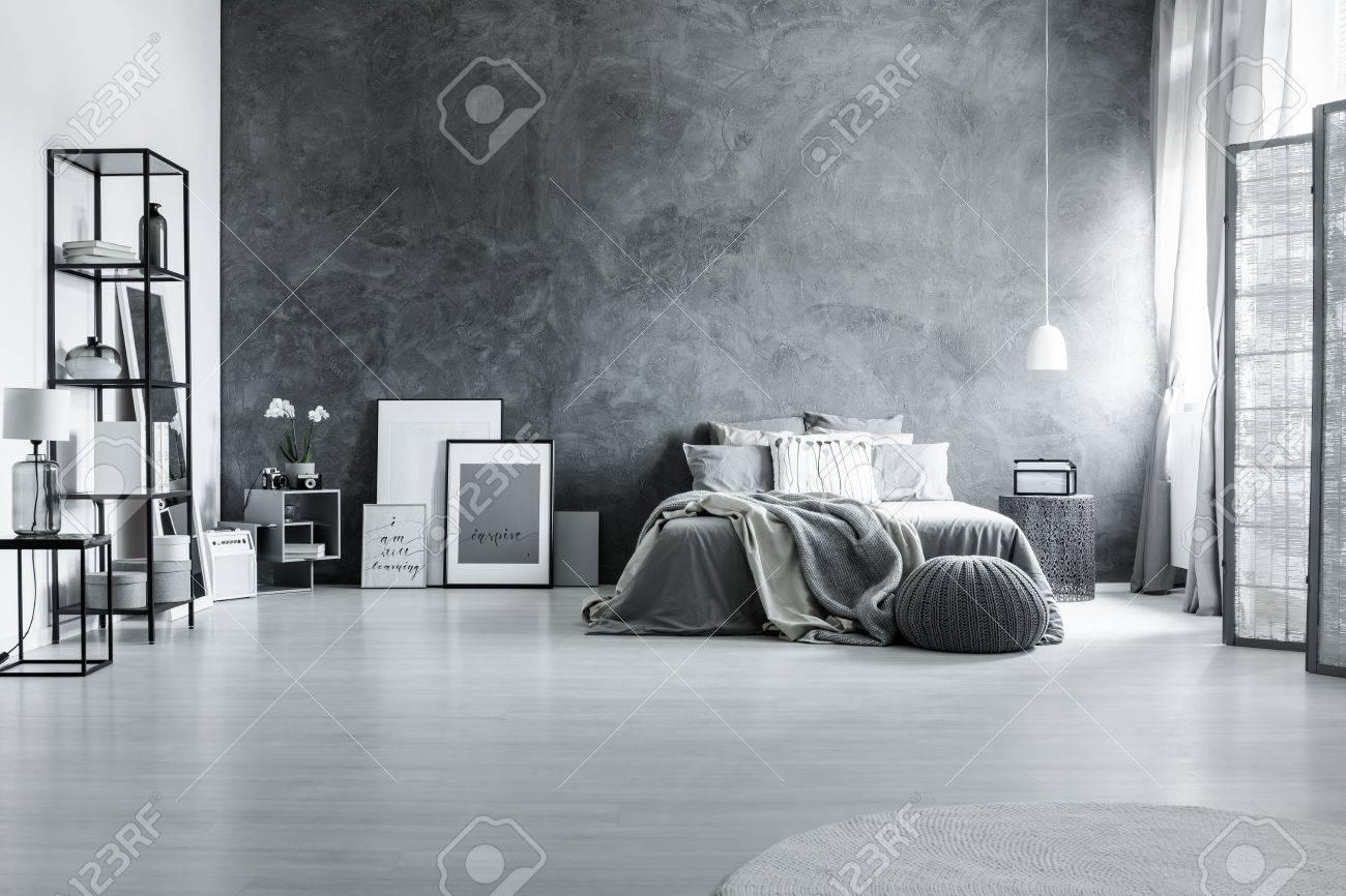 Geräumiges loft schlafzimmer mit minimalistischem grauen dekor und