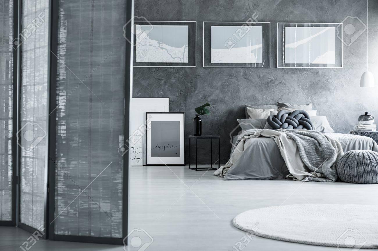 Stilvolles Weisses Und Graues Schlafzimmer Mit Raumteiler Und Poster