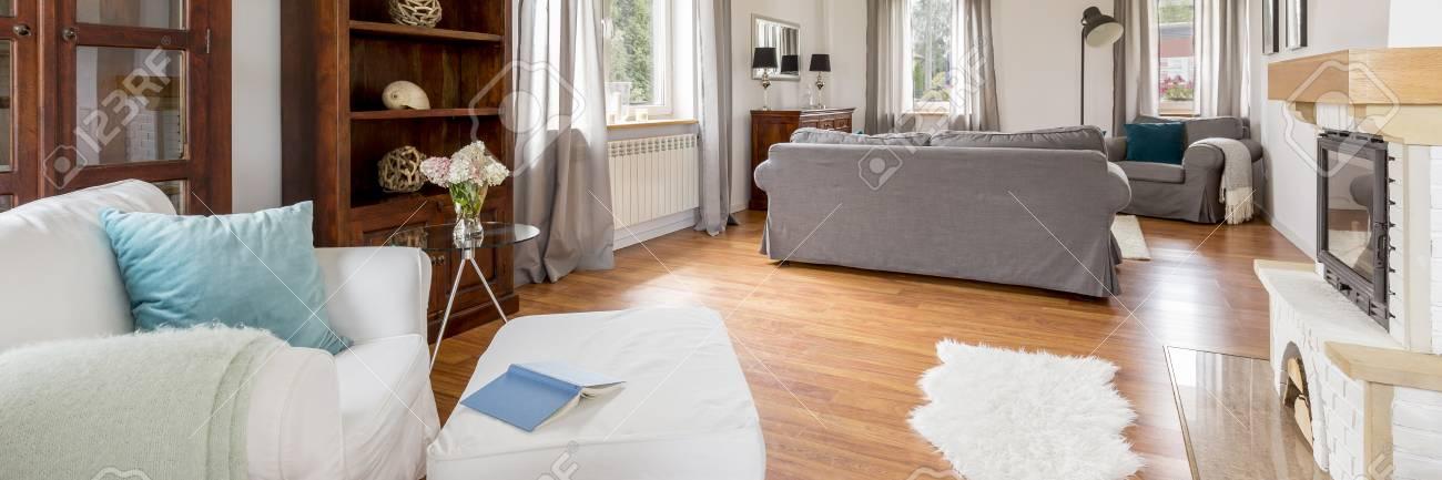 Casa moderna e mobili classici - piccola disposizione di soggiorno