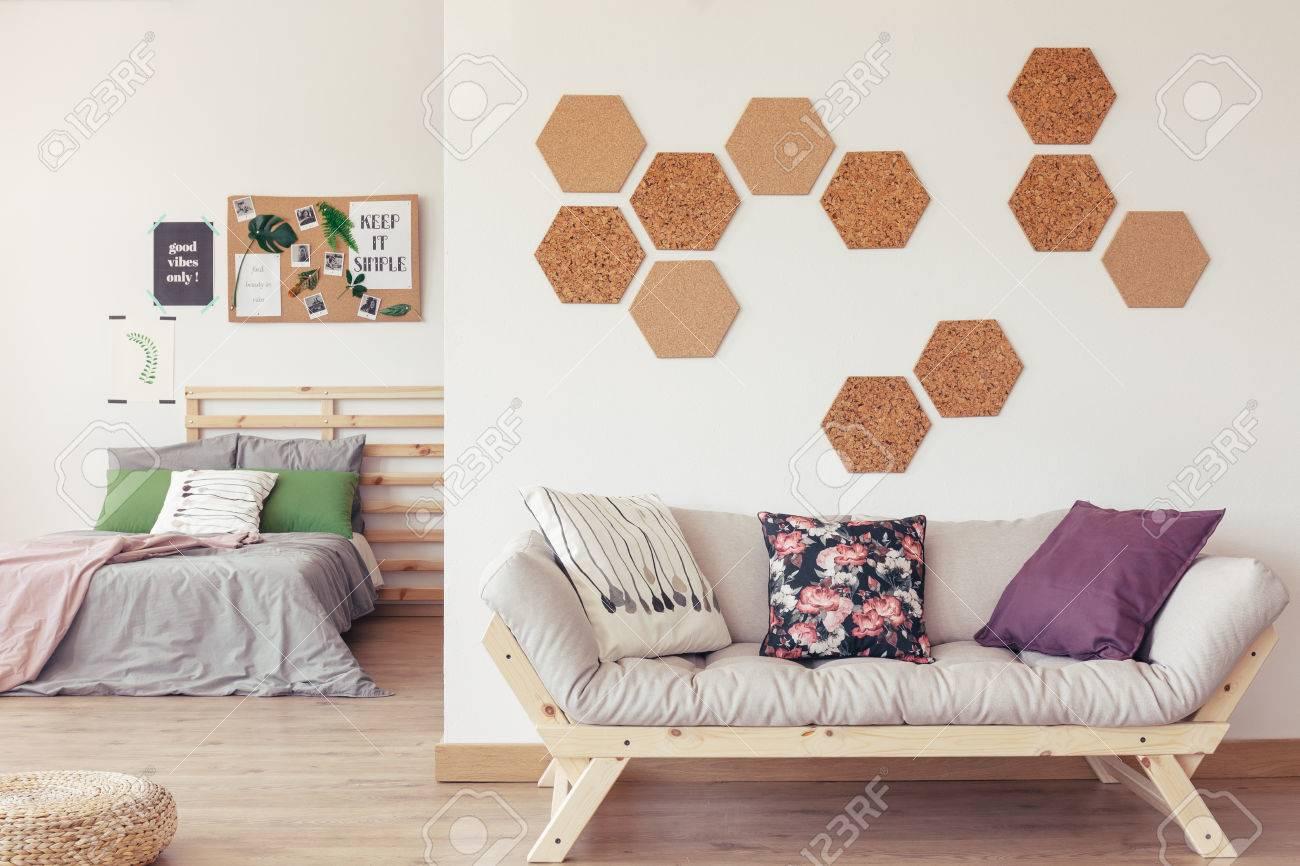 Faszinierend Sofa Pastell Ideen Von Inspirierendes Botanisches Studio Mit Holzmöbeln, Pastellbett, Mit