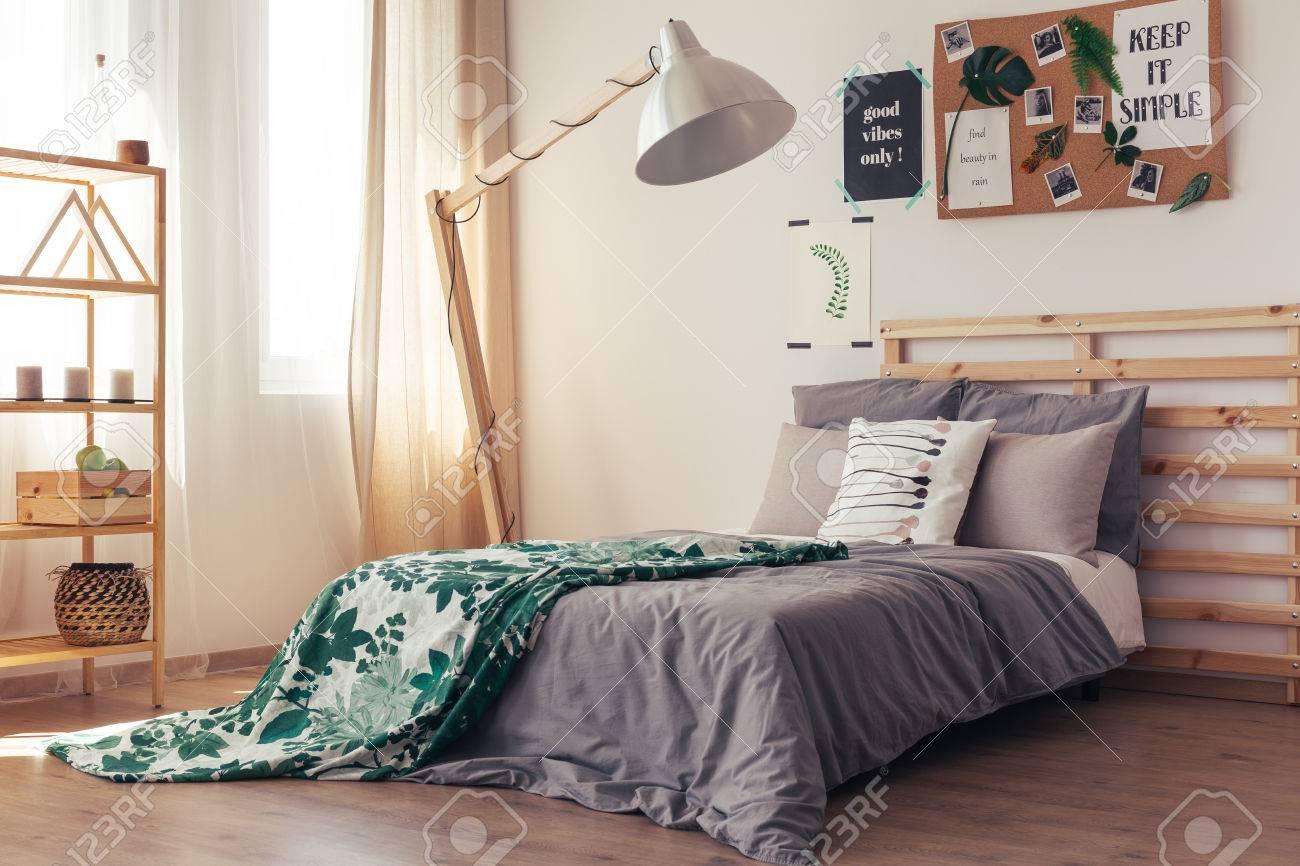 Chambre A Coucher Naturelle Contemporaine Avec Mur Blanc Panneau De