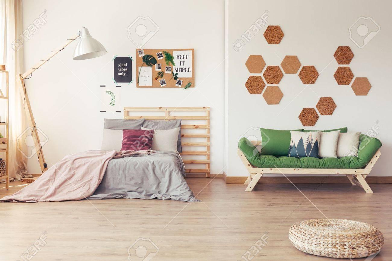Acentos Verdes En El Interior Escandinavo Simple Con Muebles De ...