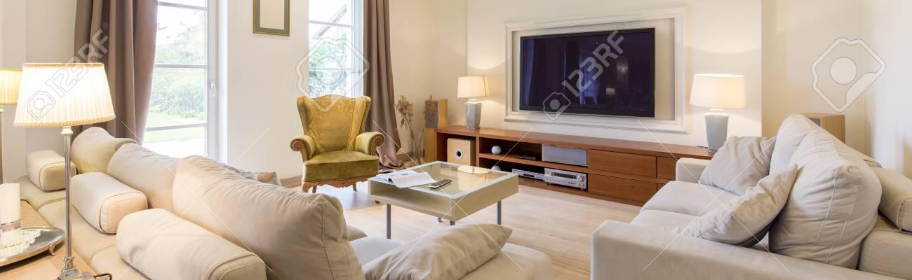 Standard Bild   Stilvolles Wohnzimmer Mit Zwei Sofas, Couchtisch Und  Bequemen Grünen Sessel