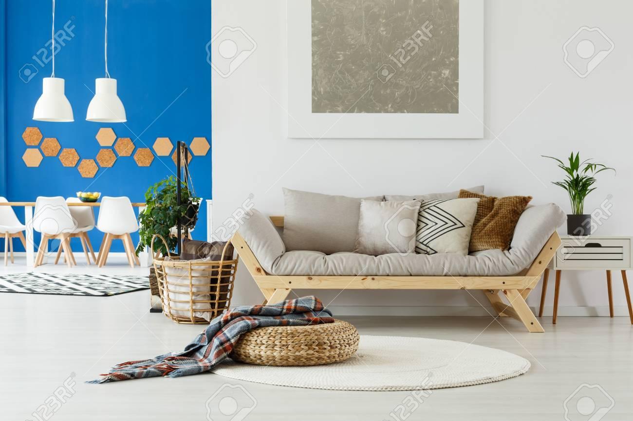 Natürliches Design Im Zeitgenössischen Innenraum Der Großraumwohnung Mit  Speiseraum, Beige Sofa, Anlagen Und Blauer