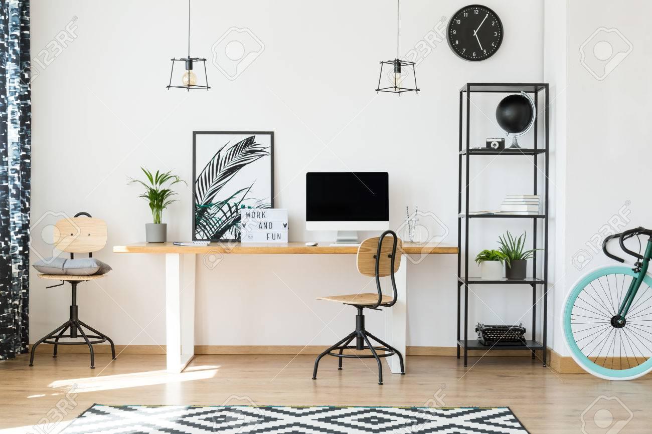 Diseño de oficina minimalista para trabajadores remotos con sillas de  madera, plantas en macetas y bastidor de metal liso