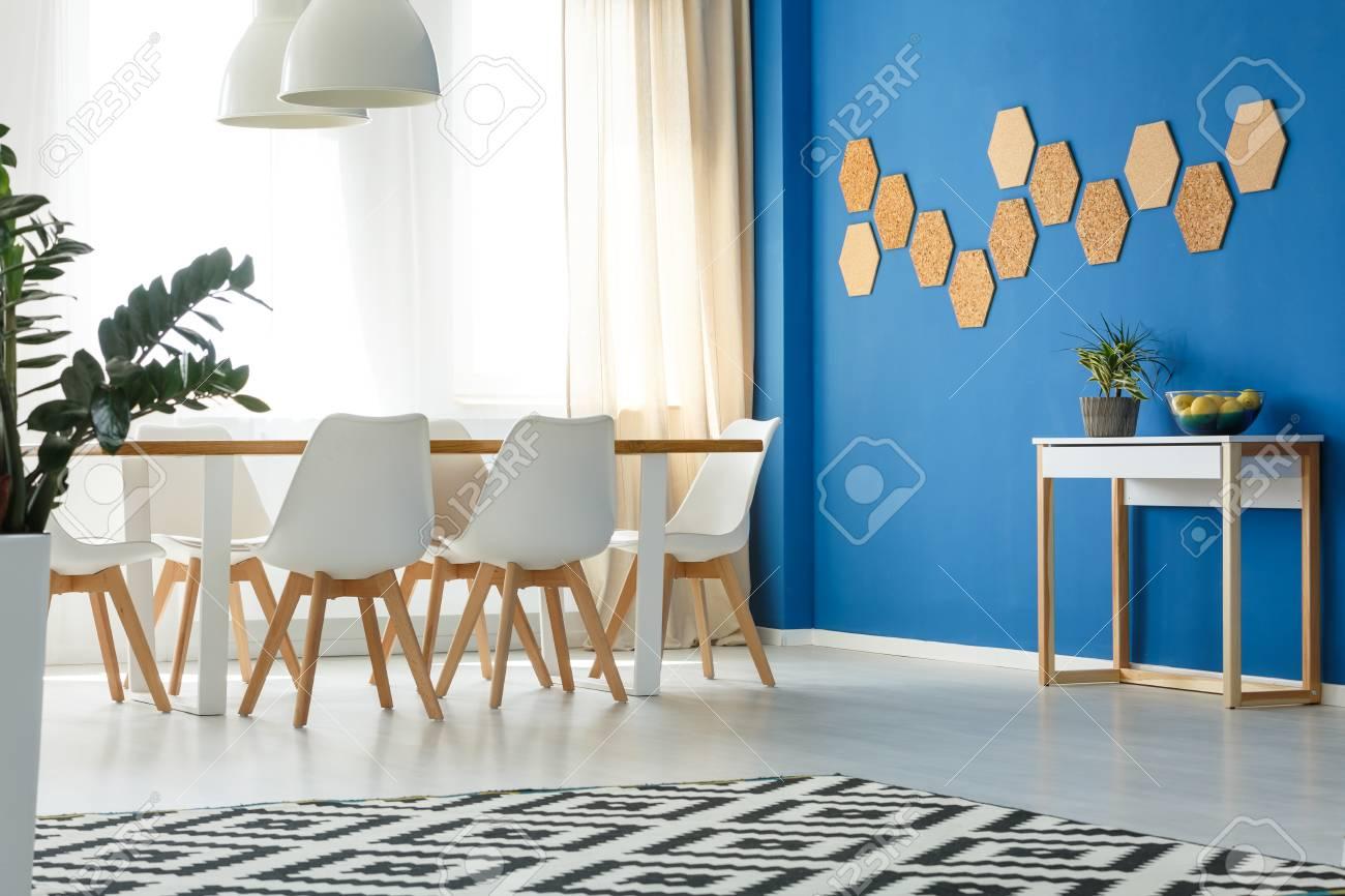 Acento De Pared Azul En La Moderna Sala De Estar Minimalista Con área De Comedor Abierta Diseño Escandinavo Ventana Y Decoración Natural
