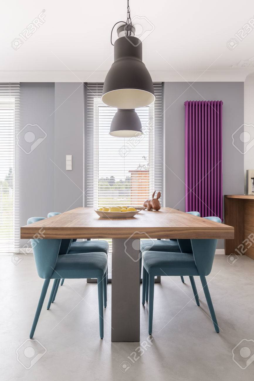 Moderne Esszimmer Interieur Mit Holztisch Turkisfarbenen Stuhlen Industrie Lampen Und Lila Heizkorper Lizenzfreie Fotos Bilder Und Stock Fotografie Image 83779635