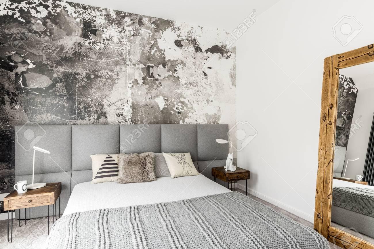 Grau Und Weiß Interieur Des Modernen Schlafzimmer Mit Holz Nachttisch,  Großen Rustikalen Spiegel Und Abstrakte