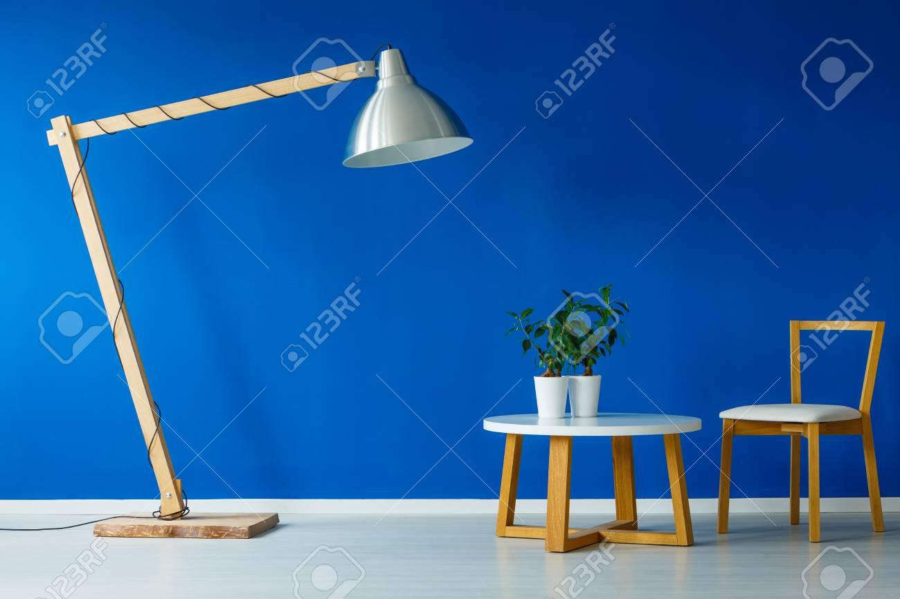 silla con mesa una escandinavo Lámpara diseño dos de sobre gigante plantas día sala una de madera en de pequeña pie de y una DI2EH9