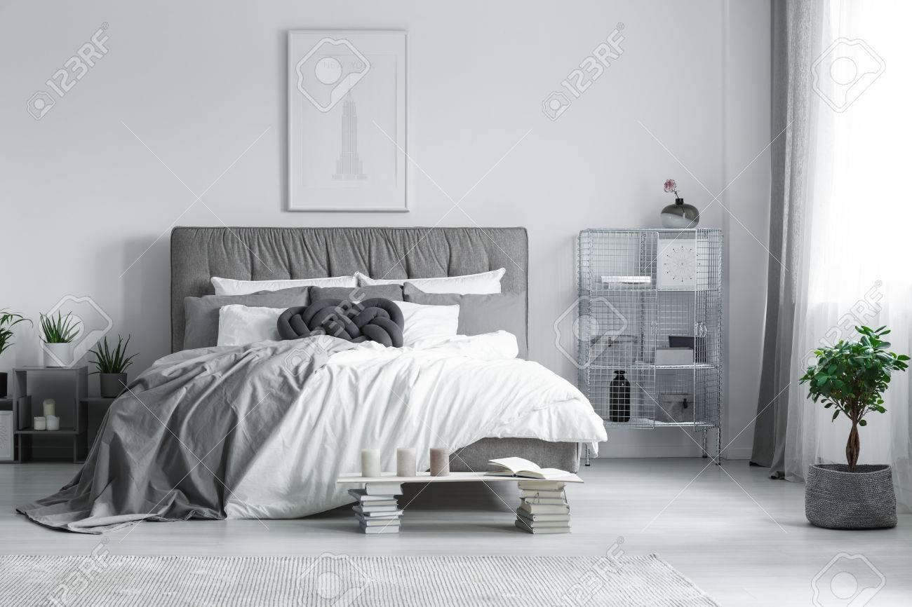 Chambre Elegante Grise Et Blanche Avec Peinture Suspendue Au Dessus Du Lit King Size