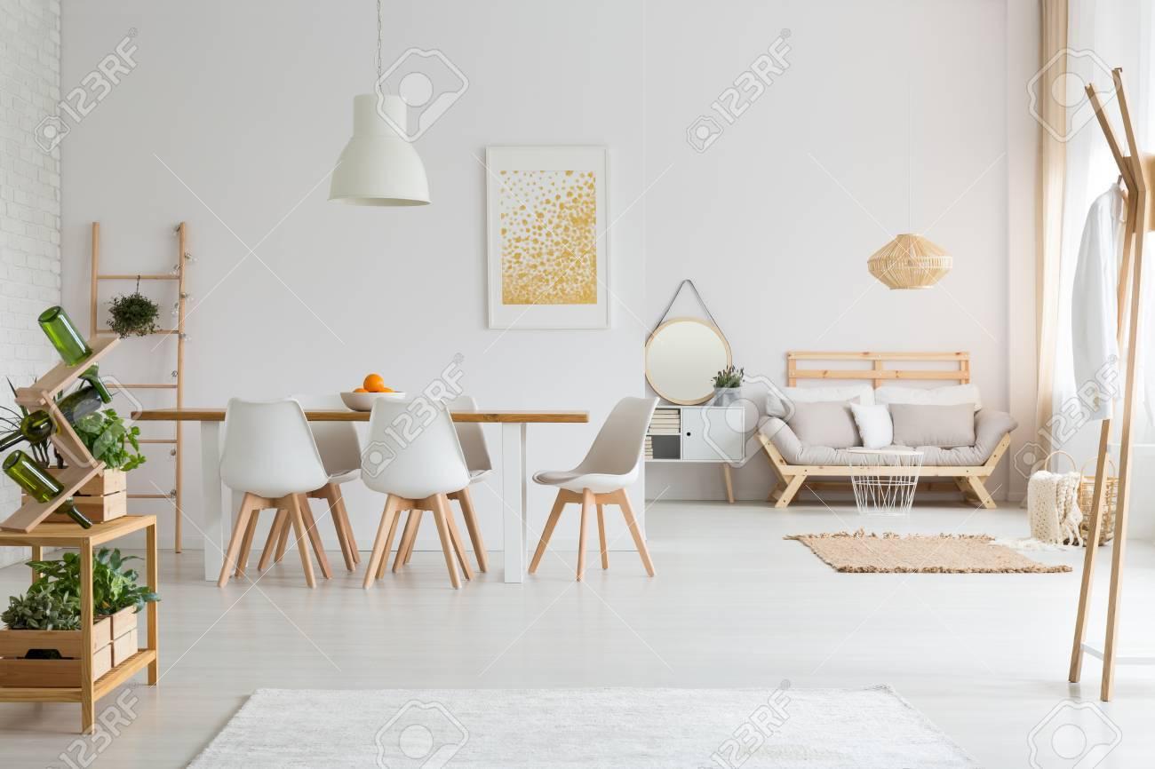 Einfaches Esszimmer Und Minimalistisches Wohnzimmer In Weißem Lagom Loft  Standard Bild   84011318