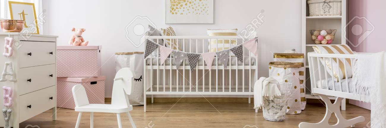 Gold Und Rosa Babyzimmer Mit Weissen Holzmobeln Lizenzfreie Fotos