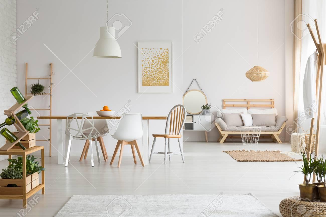 Salle à manger moderne et salon simple dans un élégant appartement à lagom