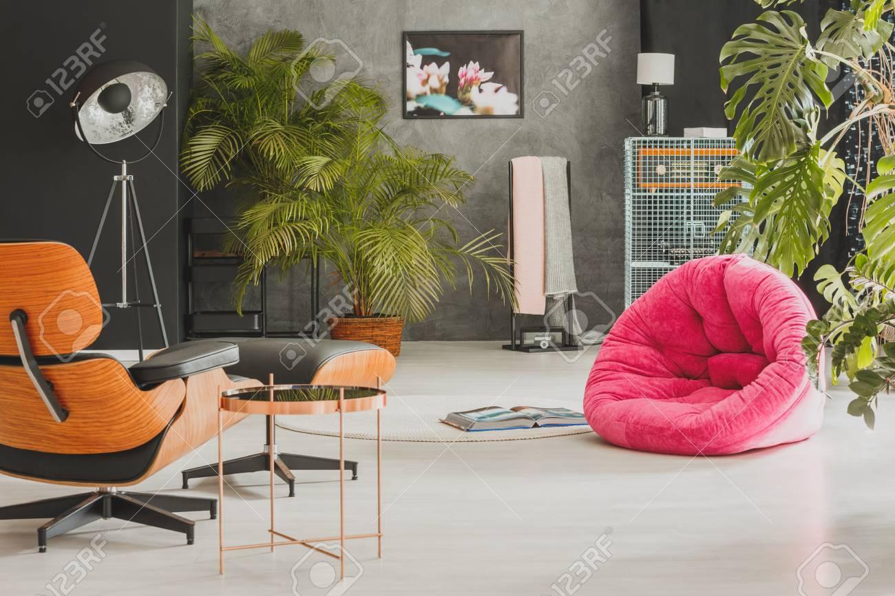 Moderne Wohnung Mit Großem Vintage Sessel Und Grünen Exotischen