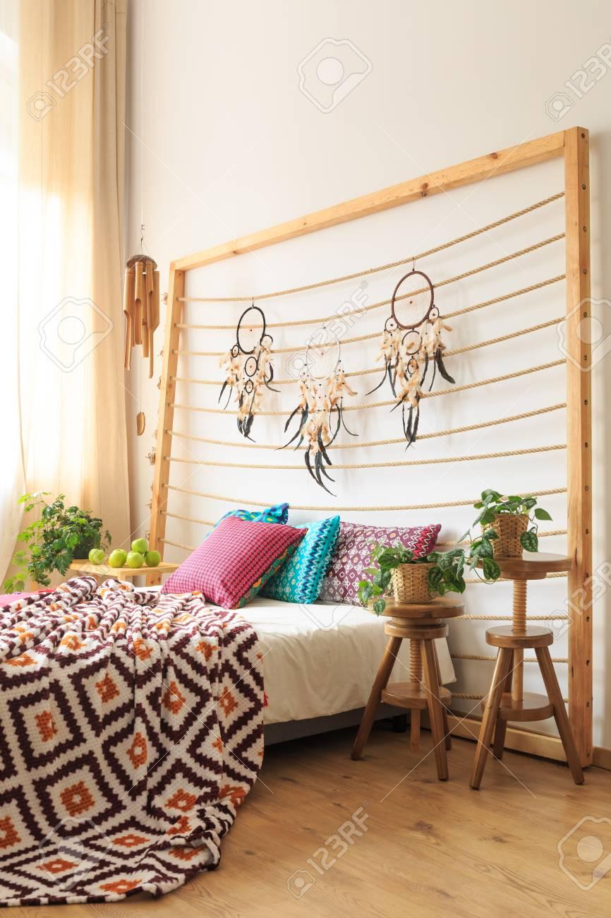 Tete De Lit Ethnique tête de lit en bois avec dreamcatchers au-dessus du lit avec des  décorations ethniques