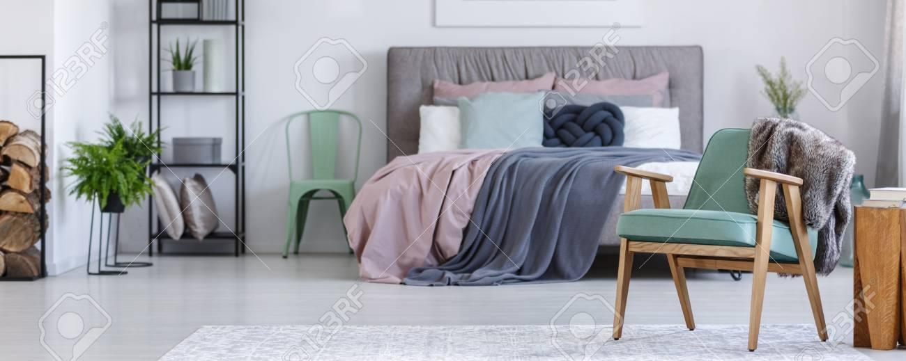 Vintage Möbel In Einem Gemütlichen Schlafzimmer Mit Einem Kingsize