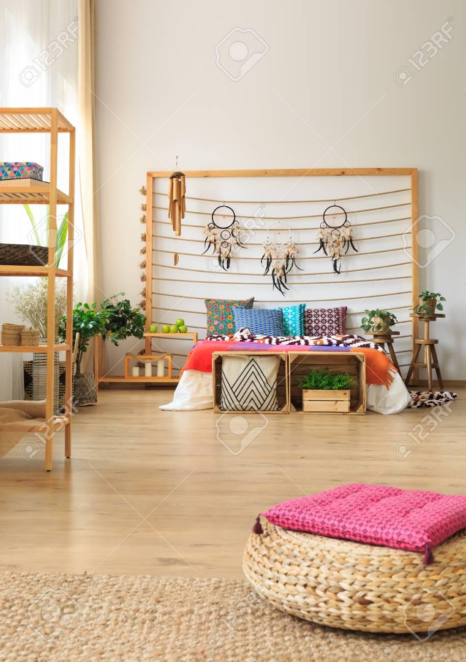 Chambre Ethnique chambre ethnique avec étagères en bois et pouf en osier banque d