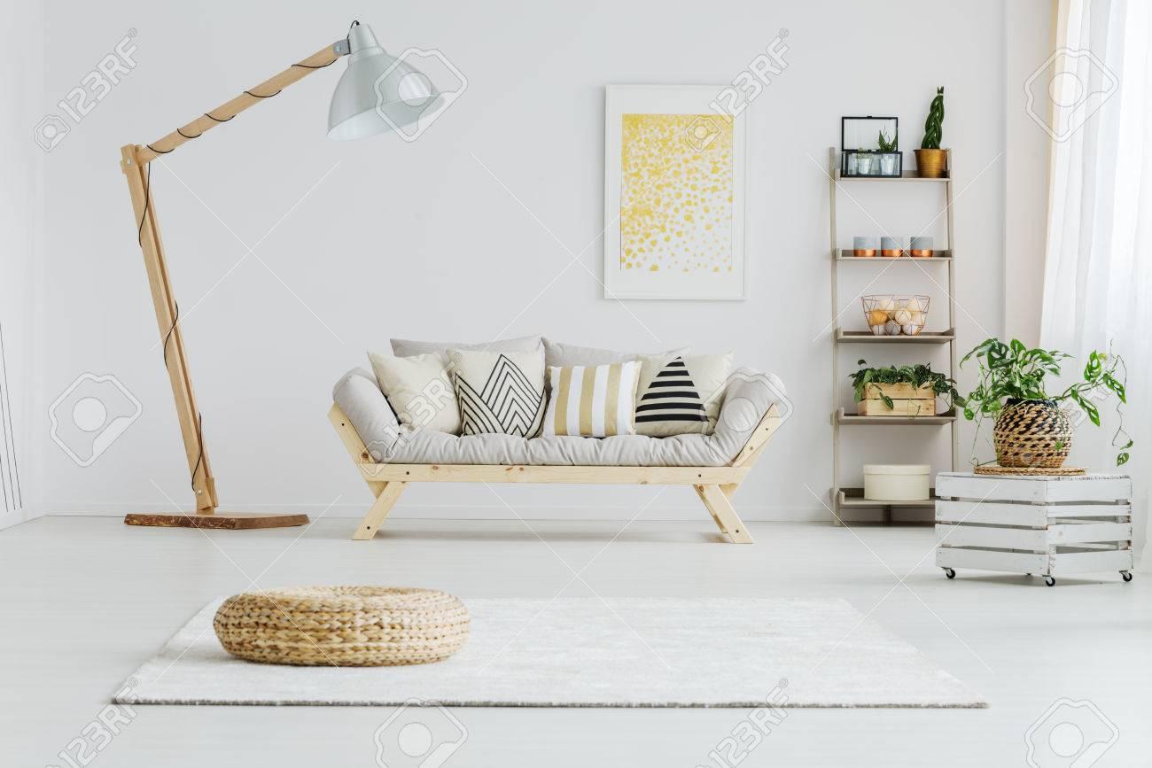 Graues Sofa Mit Gemusterten Kissen Im Hellen Wohnzimmer Mit Großer Lampe  Standard Bild   84361911