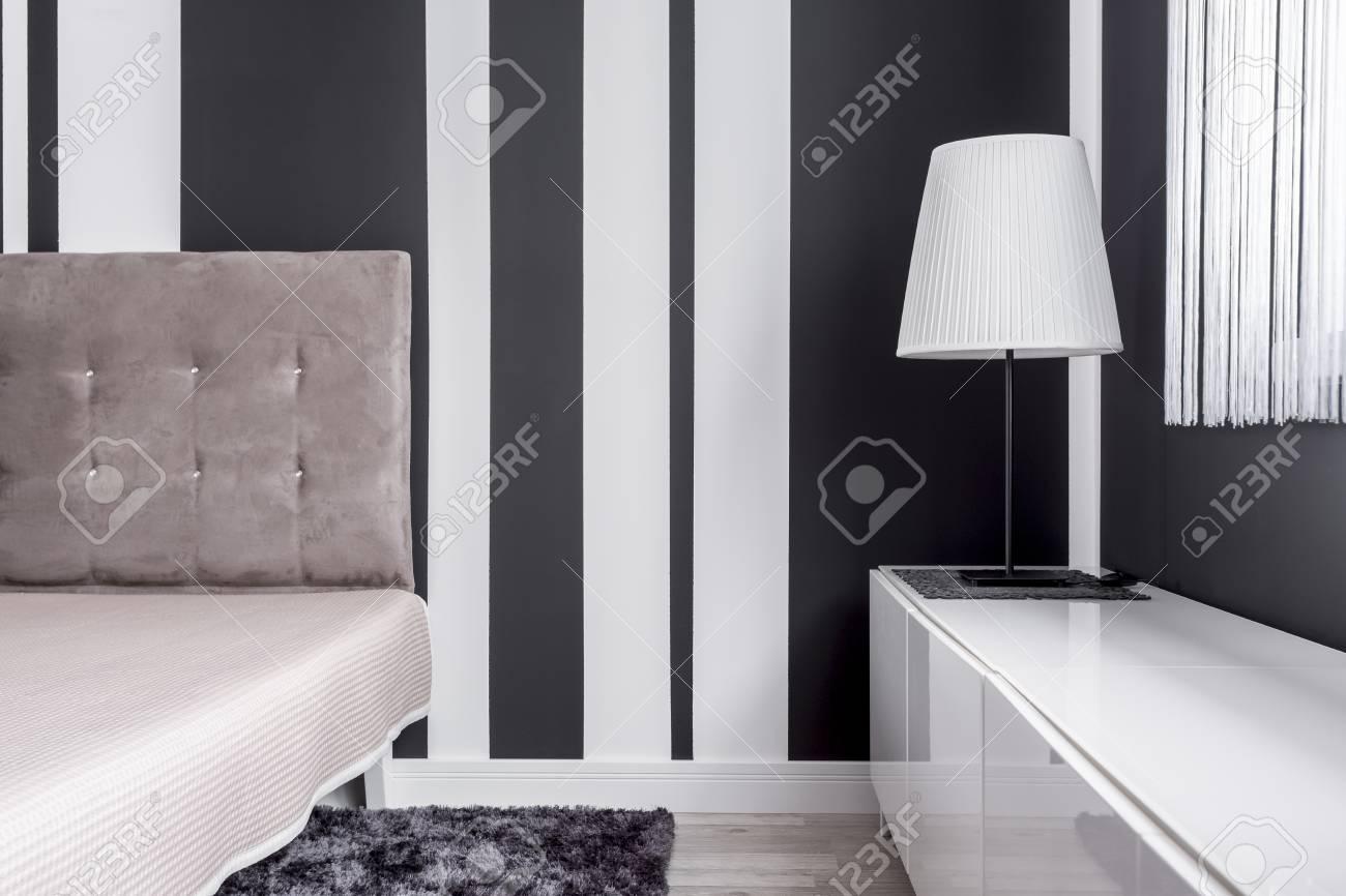 banque dimages lgant lit capitonn et lampe avec abat jour dans la chambre noire et blanche - Lit Capitonne