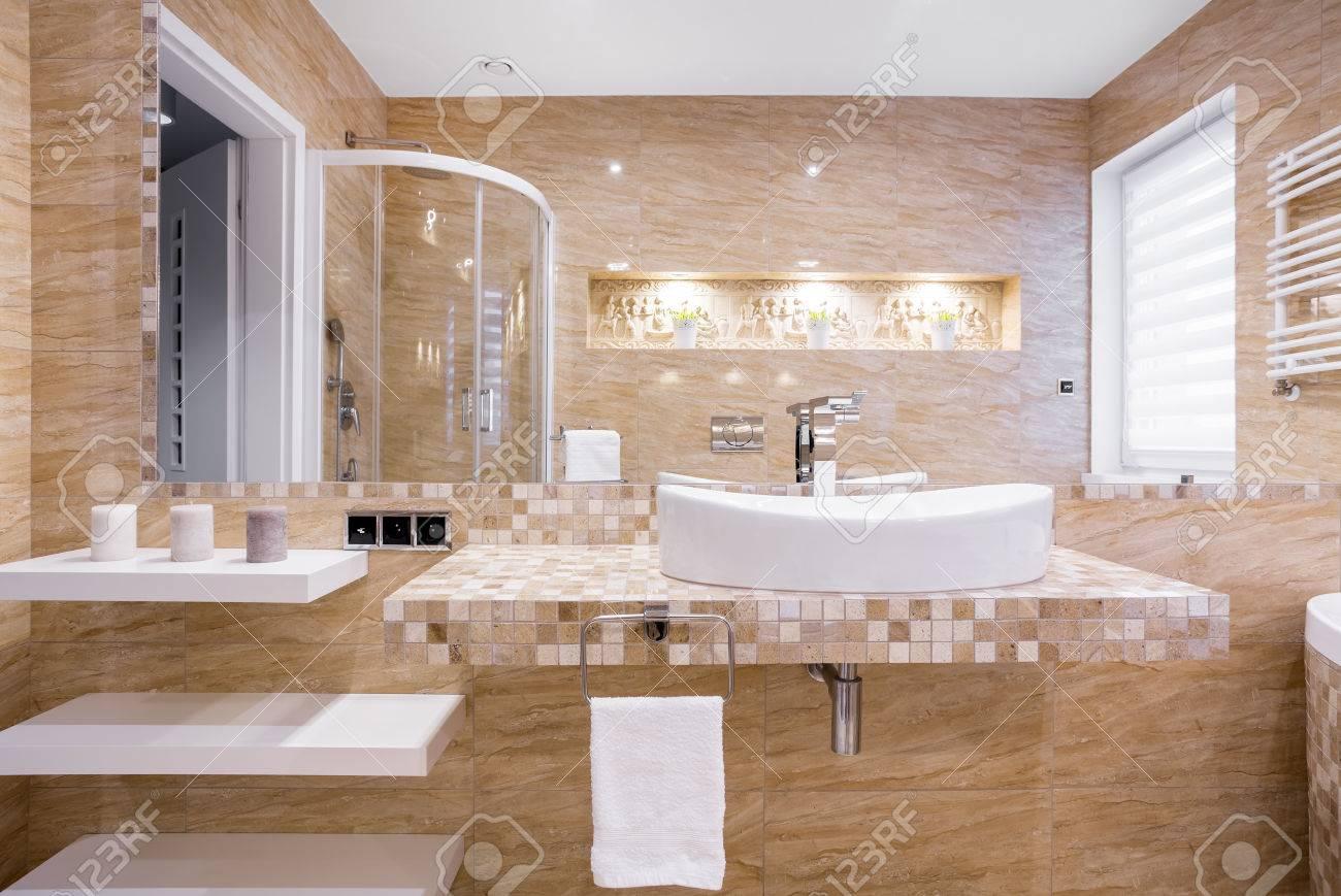 Vier Dans Une Salle De Bain En Marbre Beige Avec Relief Sur Le Mur