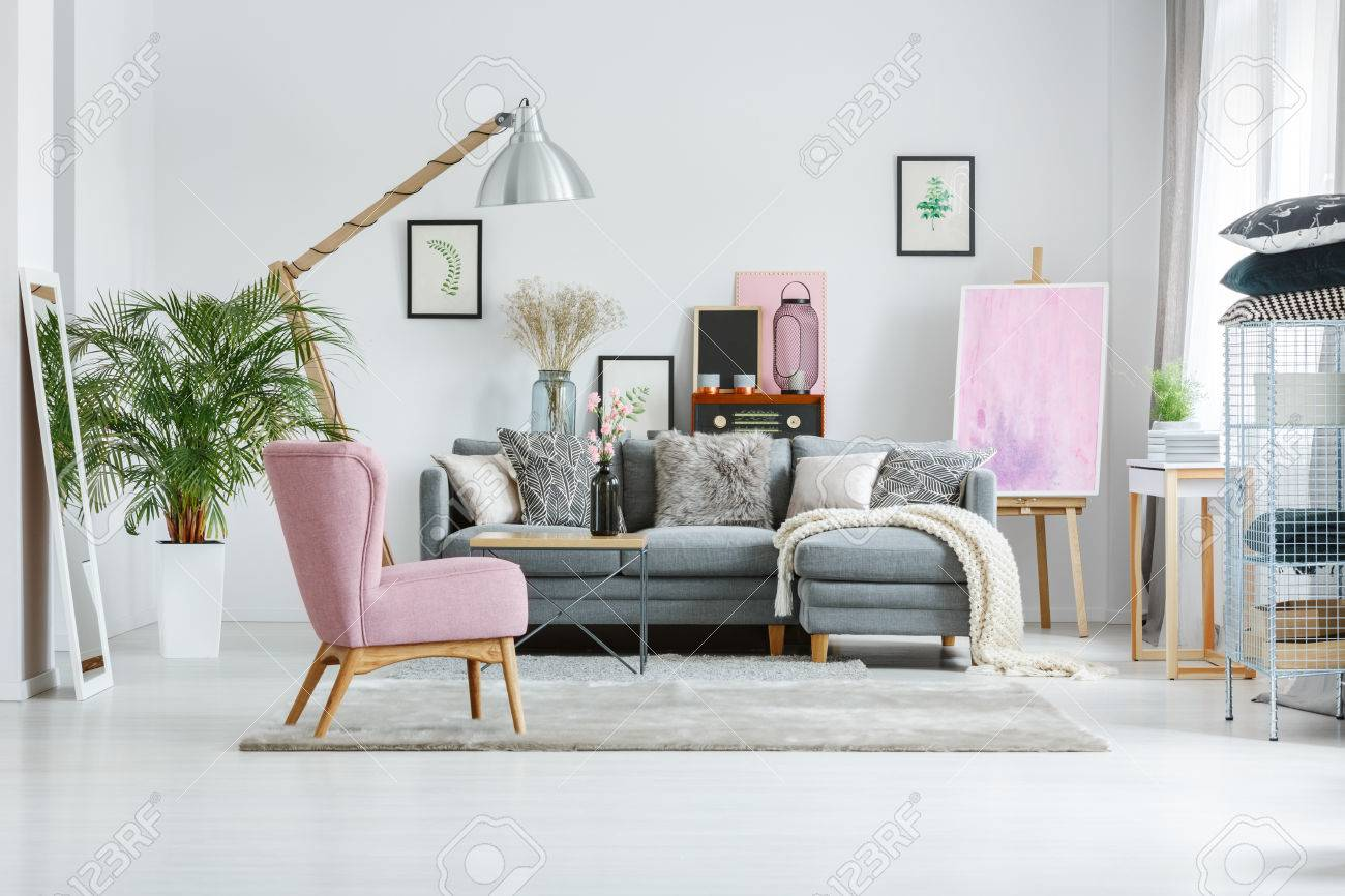 Pflanze im weißen Topf und Spiegel im Wohnzimmer mit Vintage-Möbeln und  Designer-Lampe