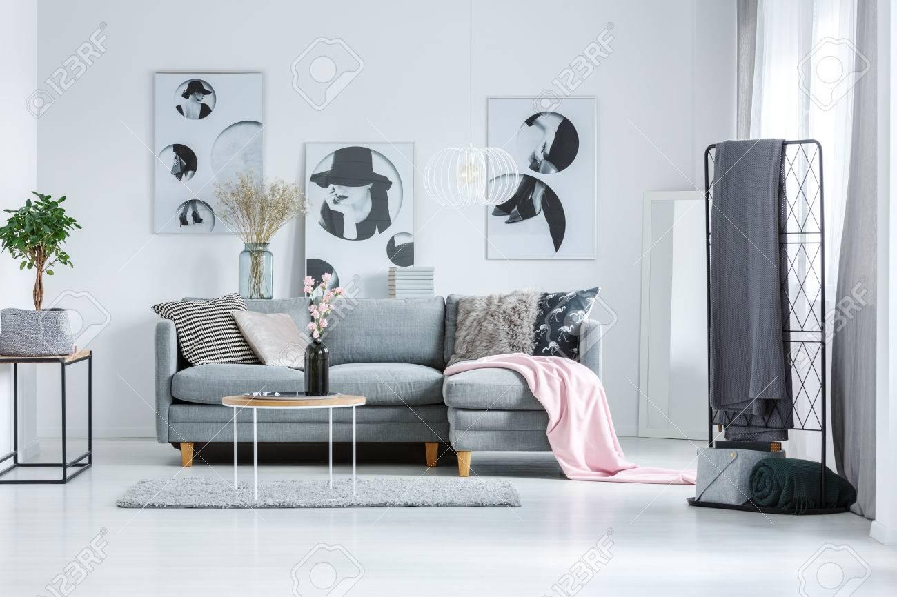Affiches Artistiques Sur Le Mur Blanc Dans Le Salon Avec Canape Gris Et Table Basse Sur Tapis Gris