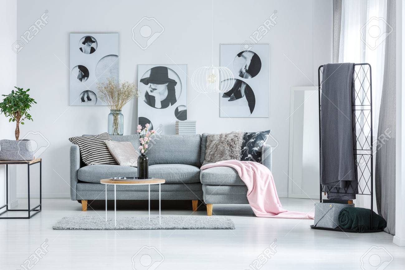 Kunstlerische Poster Auf Weisser Wand Im Wohnzimmer Mit Grauen Couch