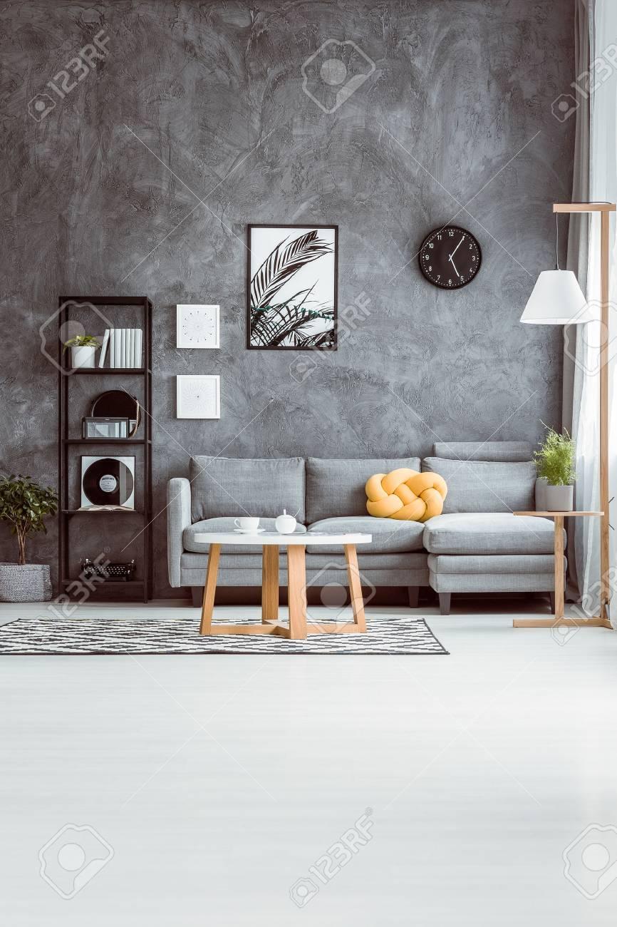 Geraumiges Wohnzimmer Mit Couchtisch Auf Teppich Im Skandinavischen
