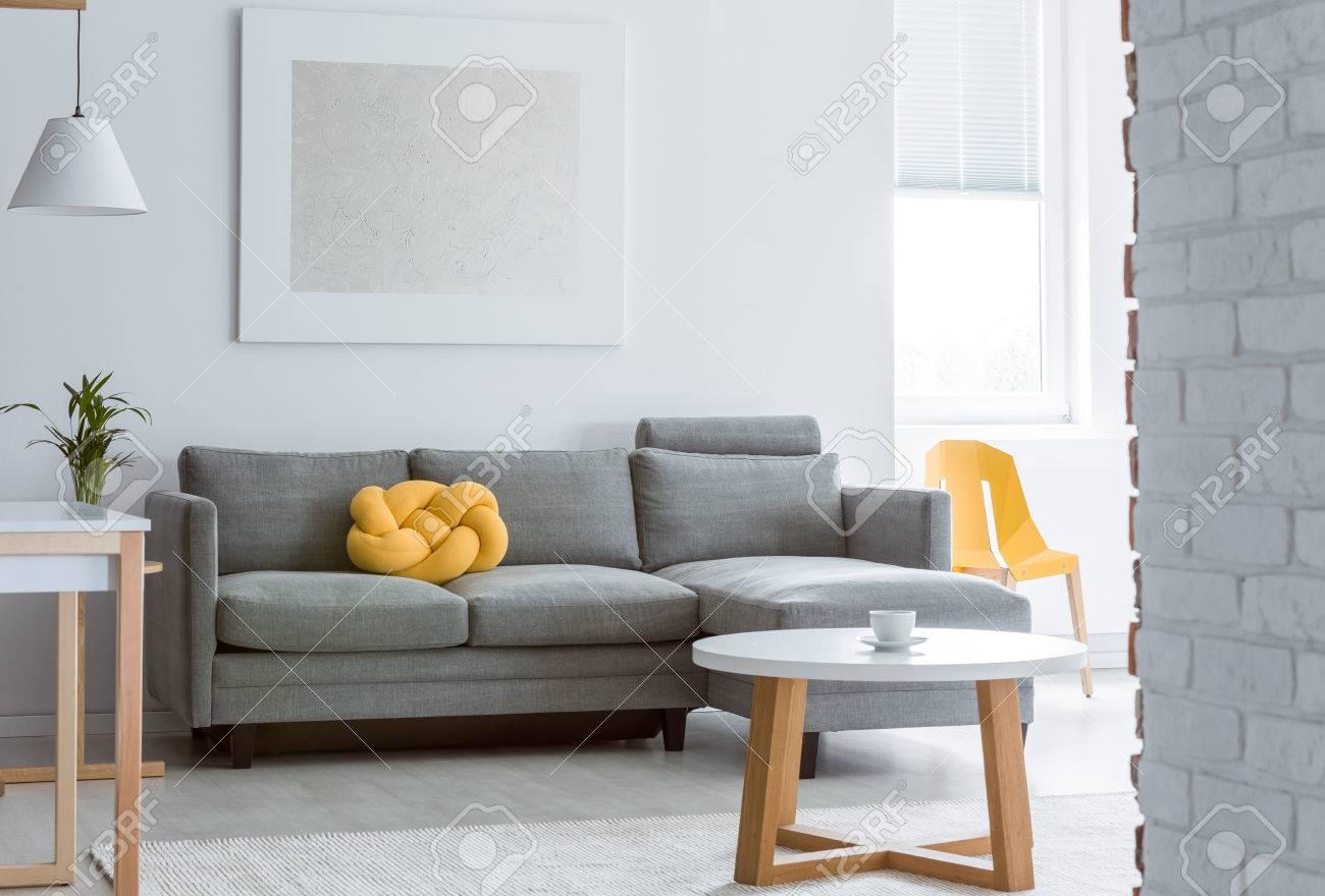 Coussin Decoratif Jaune Sur Canape Gris Dans Le Salon Avec Mur Blanc