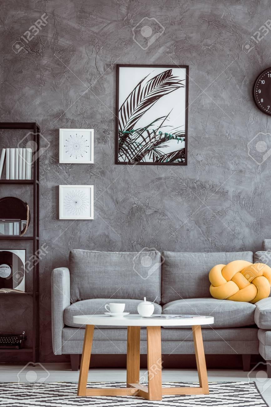 Malerei Von Blattern Auf Dunkler Wand Uber Grauem Sofa Mit Gelbem Kissen Im Einfachen Wohnzimmer Lizenzfreie Fotos Bilder Und Stock Fotografie Image 84805705