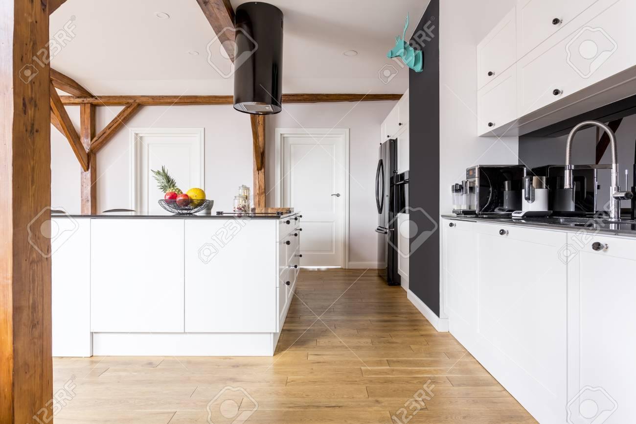 Geräumige Schwarzweiss-Küche Mit Früchten In Der Schüssel Auf ...