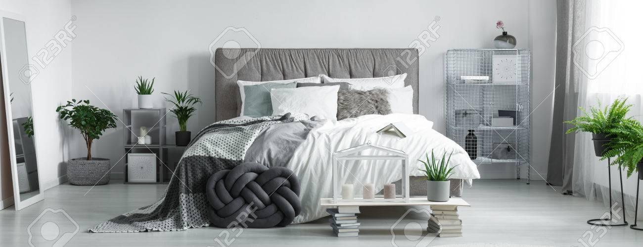schlafzimmer kerzen, graues geflochtenes kissen nahe zu den kerzen unter glashaus im, Design ideen