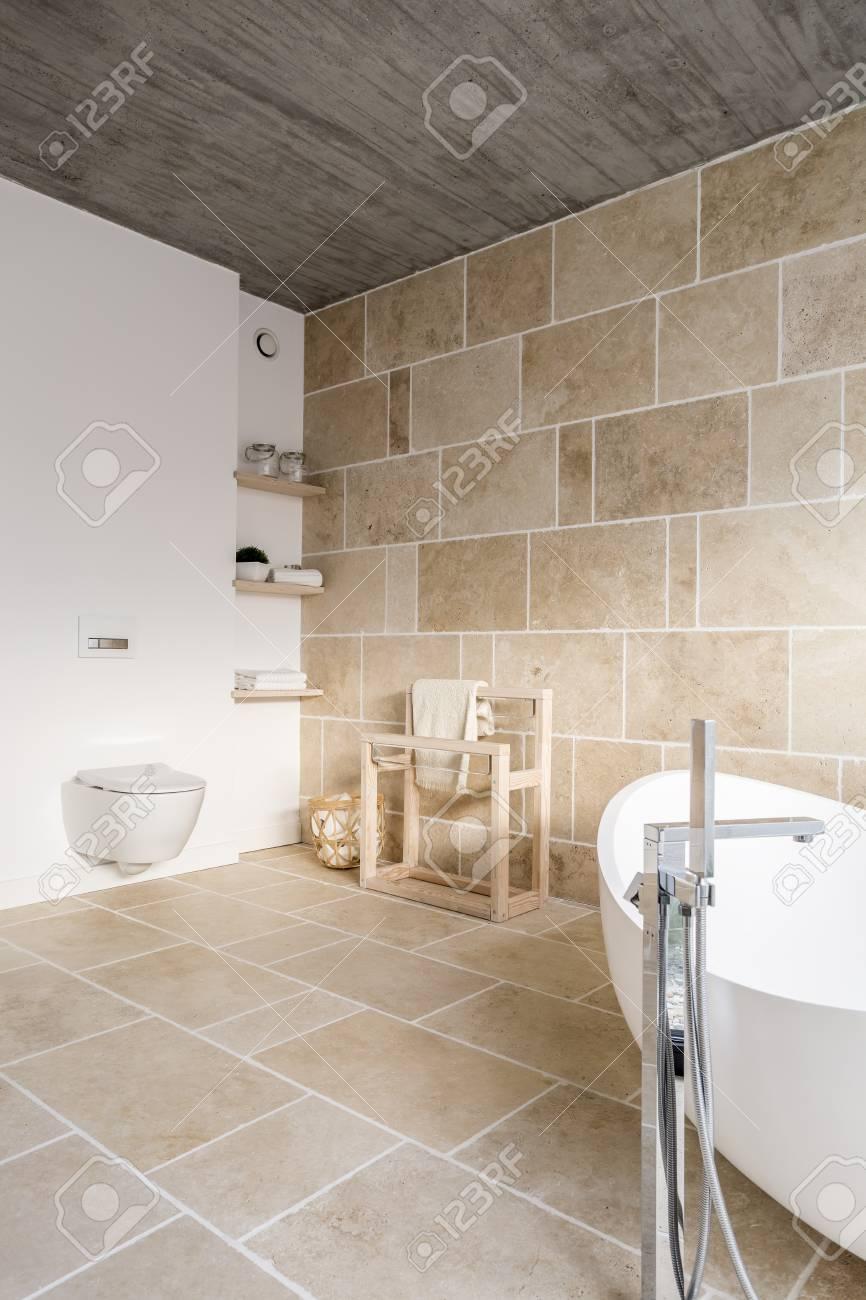 Cuarto de baño cuarto abierto con una pared cómoda inodoro y accesorios