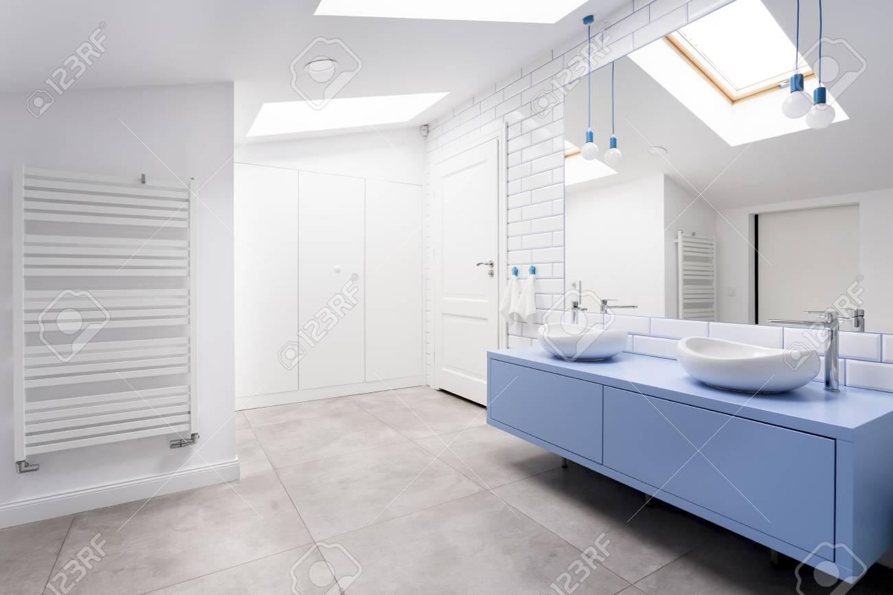 Gemütliches Badezimmer Im Dachgeschoss Mit Grauem Boden, Blauem ...