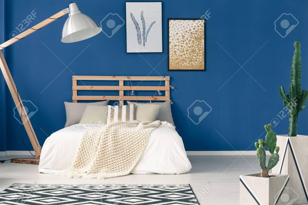 Habitación Cómoda Con Marco De Madera, Paredes De Color Azul Marino ...