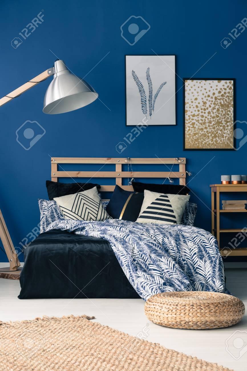 Elegant Chambre Bleu Foncé Avec Meubles En Bois Et Pouf En Osier