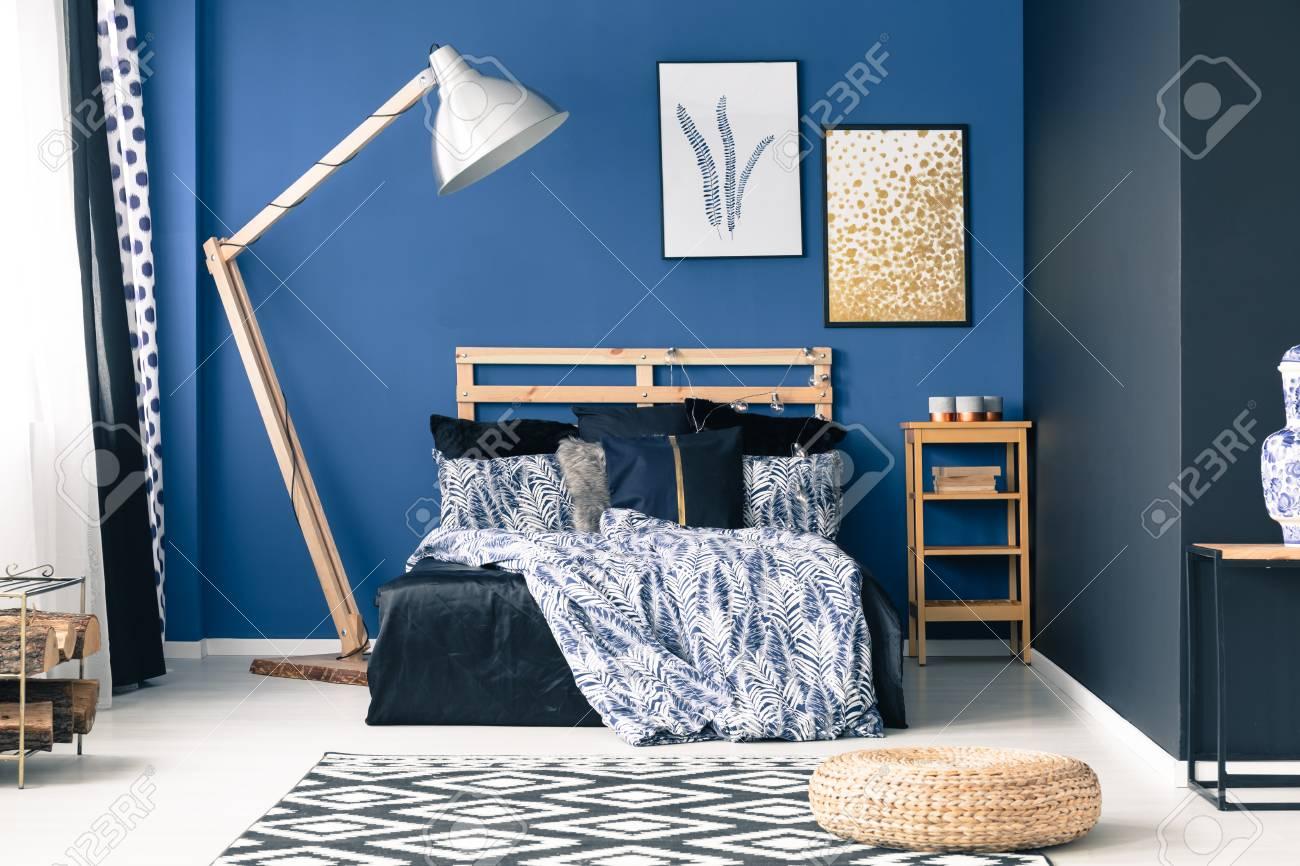 Camera da letto moderna in tonalità di blu con accenti d & # 39 ; oro