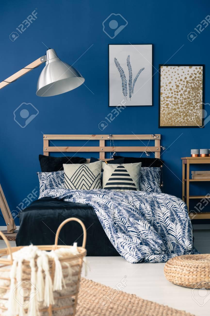 Décor de chambre bleu profond inspiré du style méditerranéen