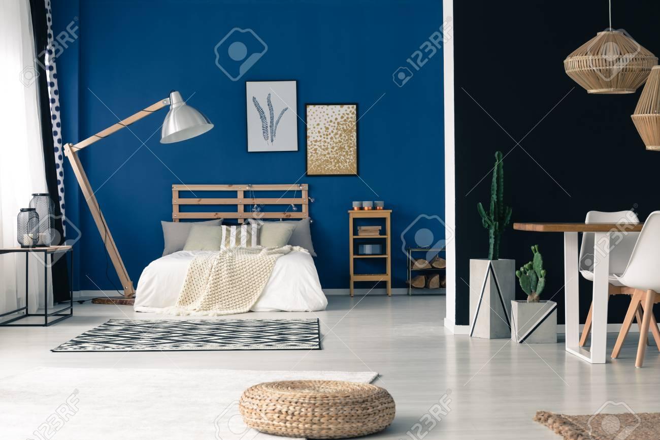 Glamour Blau Offenes Schlafzimmer Mit Lampe, Holzrahmen, Gold Zubehör  Standard Bild   84817177