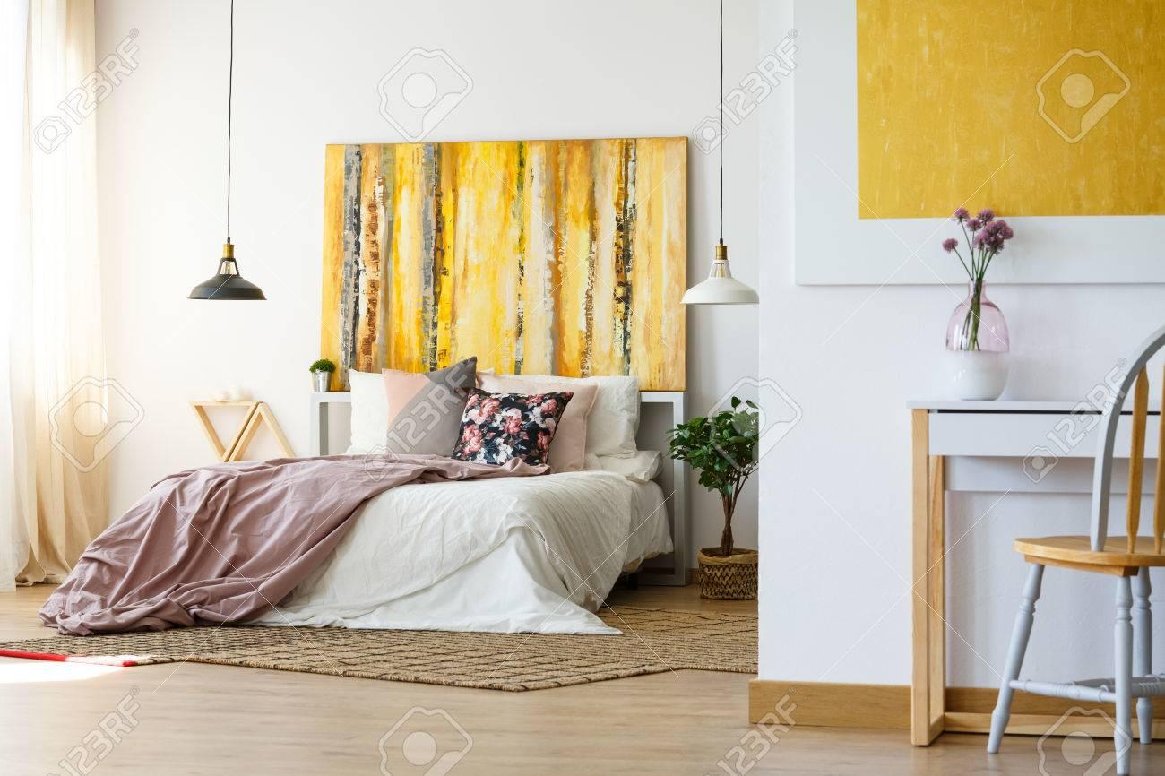 Chambre énergique et chaleureuse avec illustration plante et bureau