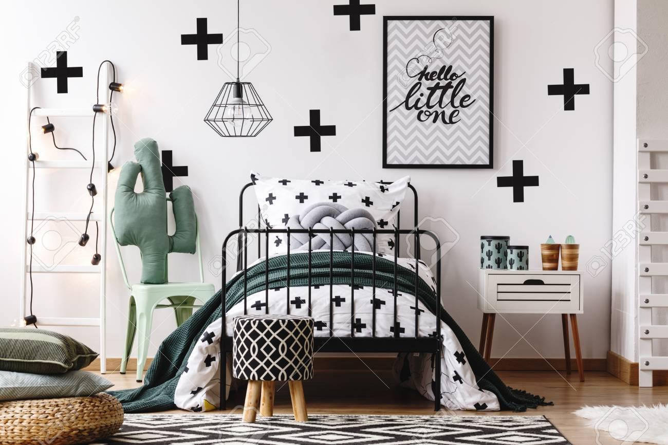 Kissen Auf Puff Und Muster Hocker Im Kinderzimmer Mit Zubehor Auf