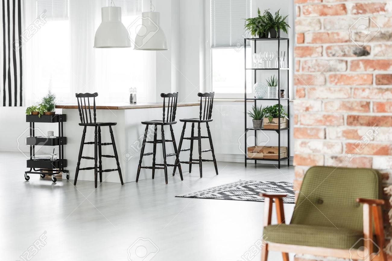 Ilot Central Avec Refrigerateur ~ Chaise Verte R Tro Contre Le Mur De Briques Rouges Dans La Chambre