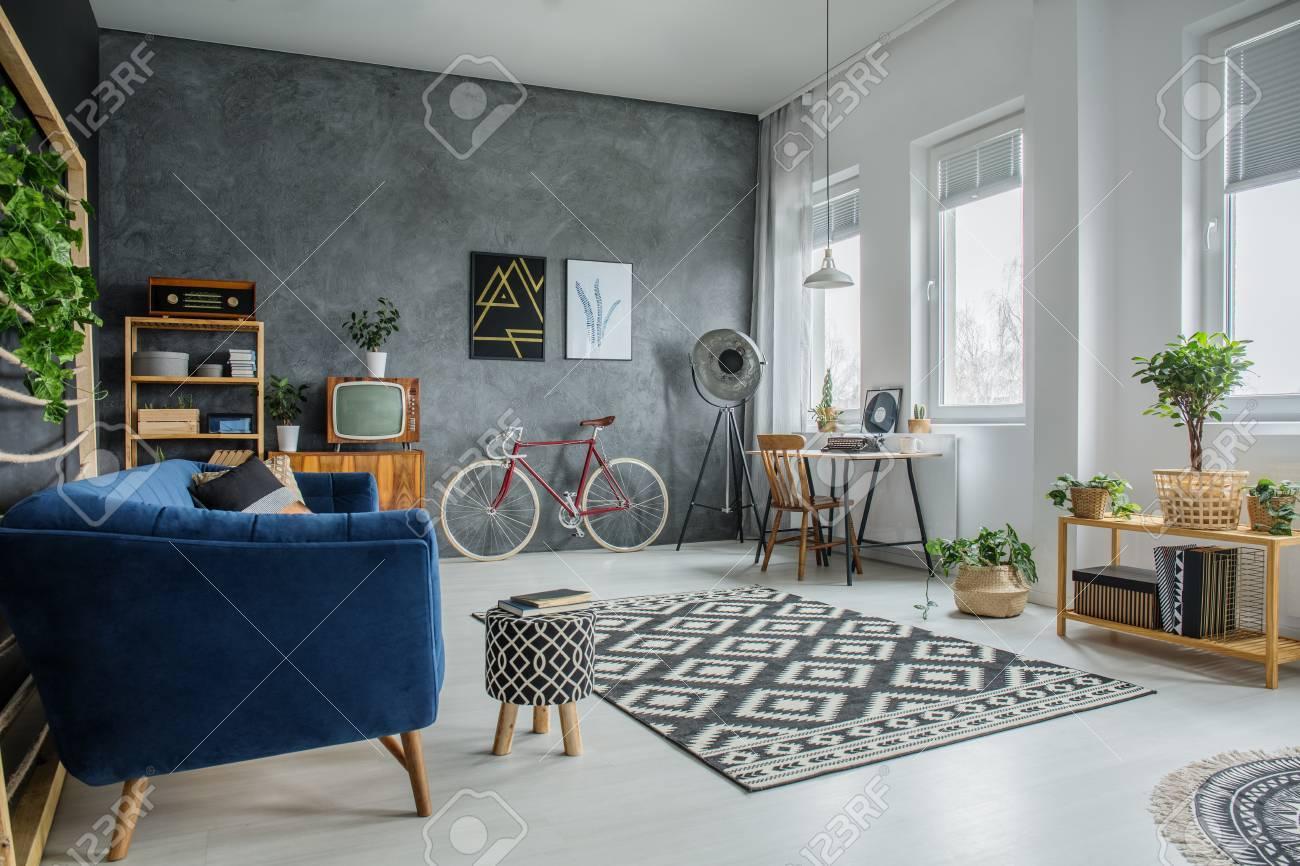 Bureau en bois simple debout sous les fenêtres dans la chambre