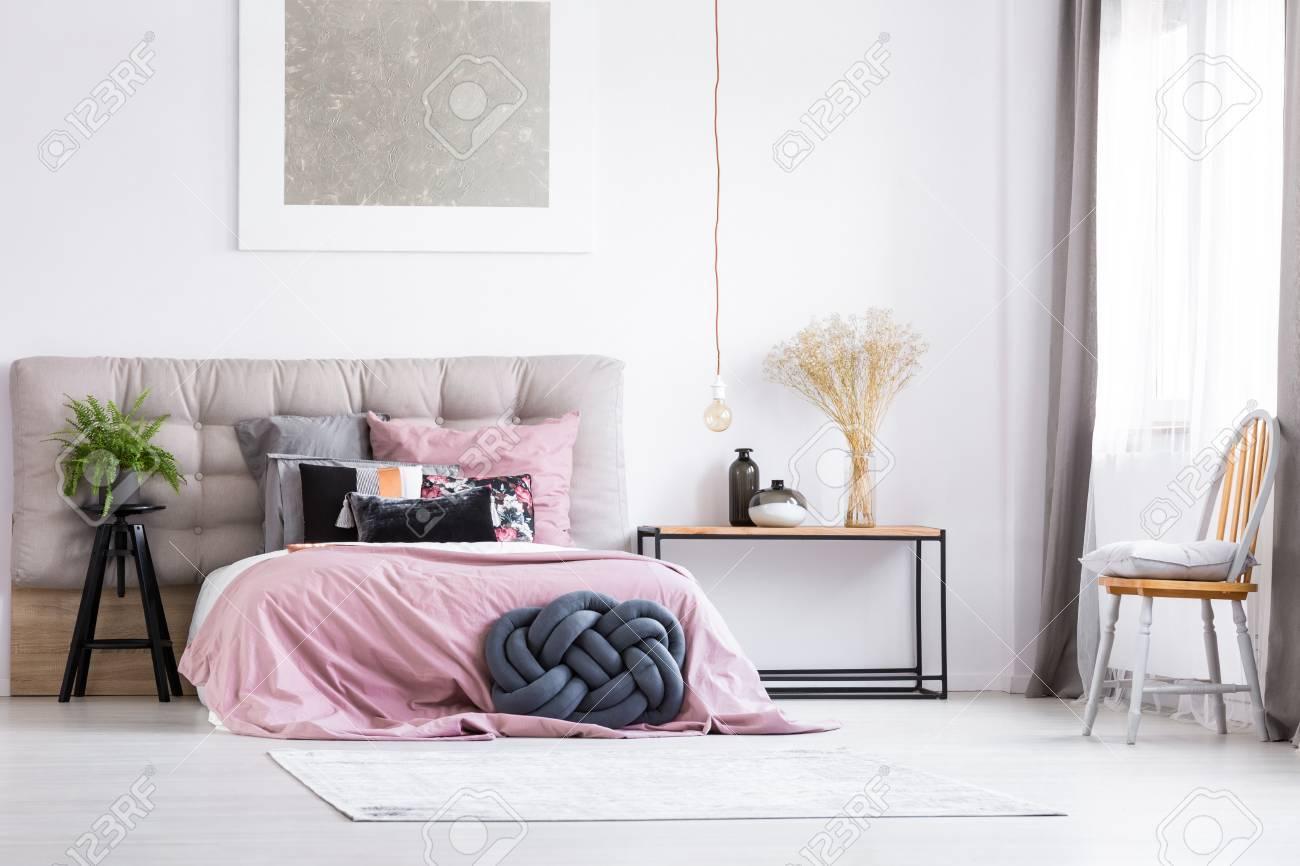 Banque Du0027images   Oreiller Tressé Noir Et Superposition Rose Sur Lit  King Size Dans Une Chambre à La Mode Avec Une Chaise Orange Et Une Lampe En  Cuivre