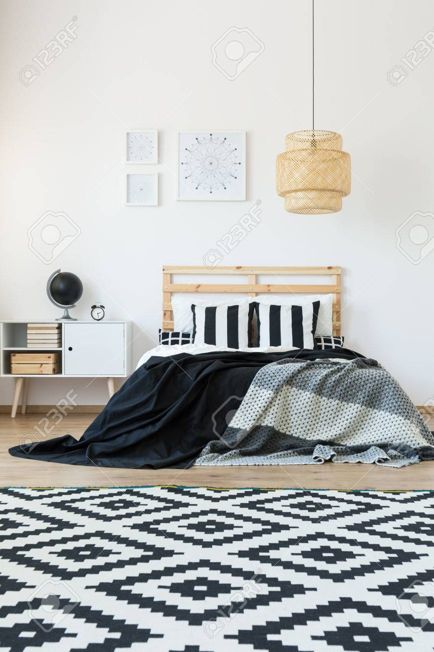 Schwarz Weiss Muster Teppich In Minimalem Schlafzimmer Lizenzfreie Fotos Bilder Und Stock Fotografie Image 85134072